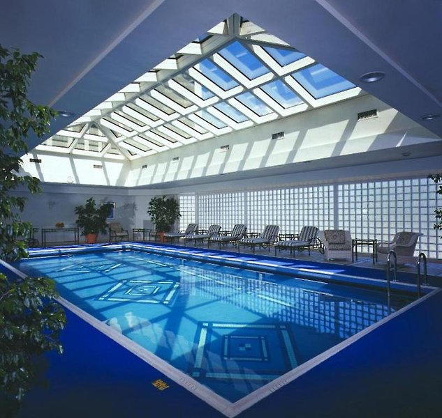 Park Tower a Luxury Collection Pool