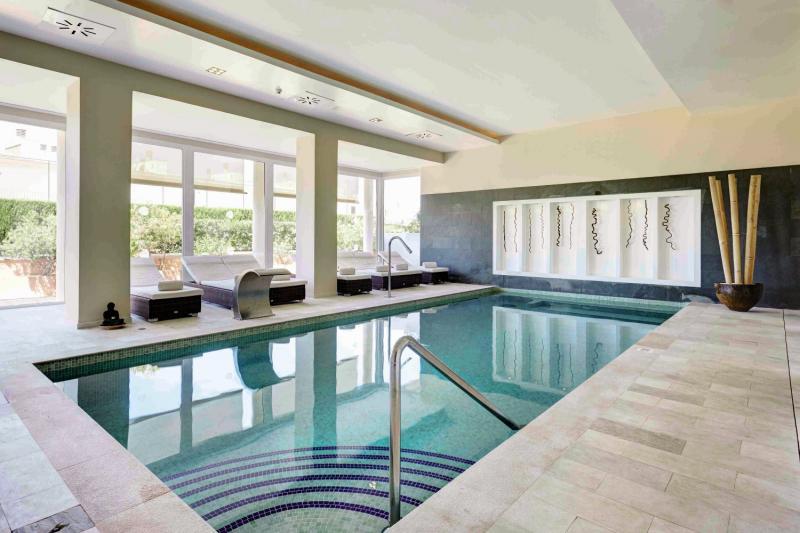 Grupotel Macarella Suites & Spa Hallenbad