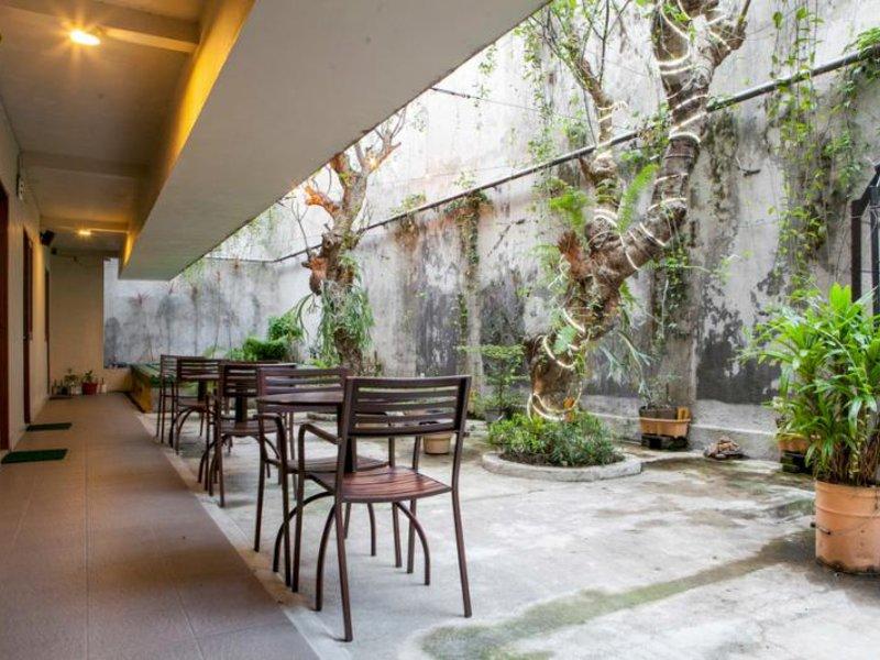 Hotel Mawar by RedDoorz Terrasse