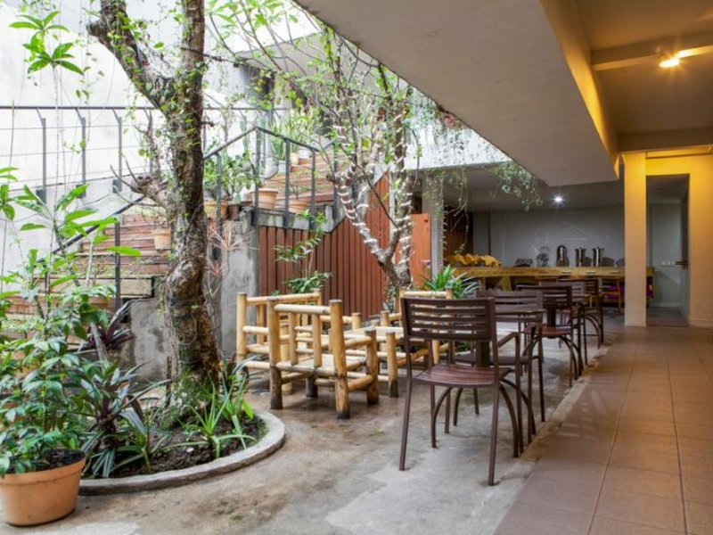 Hotel Mawar by RedDoorz Bar