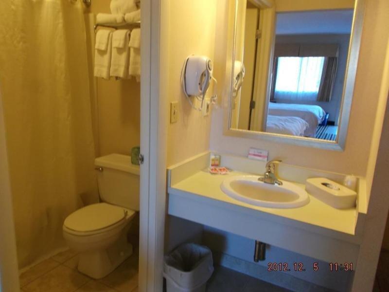 Econo Lodge Freeport Badezimmer