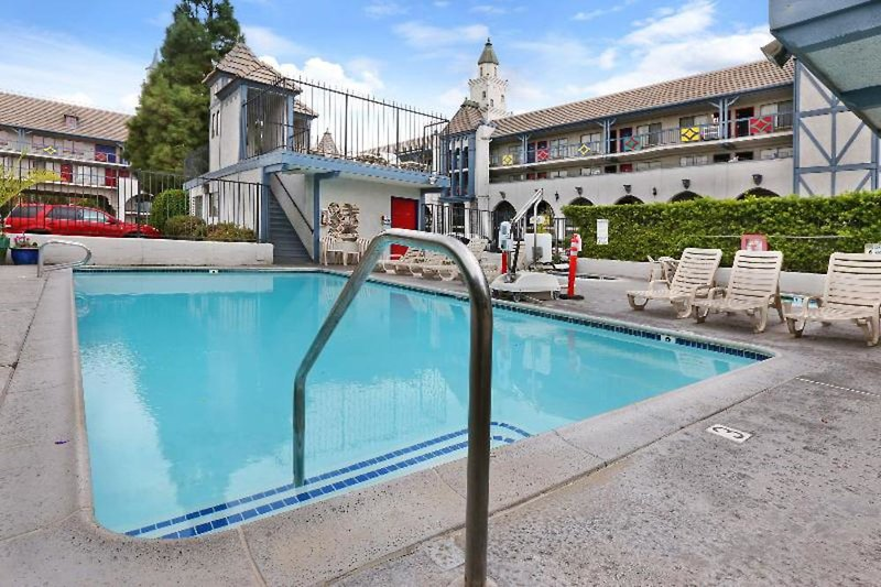 Castle Inn & Suites Pool